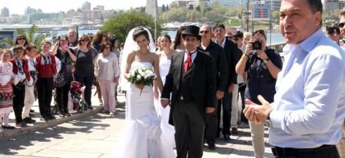 Младоженците са от 95 града в страната и 52 държави.Най-възрастният младоженец е българин на 76 г.,най-младата младоженка също е българка-на 16 г. Градът е притегателно място за преподписване на...