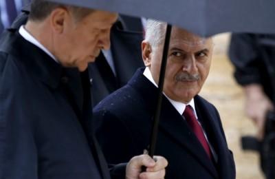 epa05608123 Turkey's President Recep Tayyip Erdogan (L) and Turkish Prime Minister Binali Yildirim (R) visit the Mustafa Kemal Ataturk Mausoleum, founder of modern Turkey, marking the 93rd anniversary of the Turkish Republic's Day in Ankara, Turkey, 29 October 2016.  EPA/TUMAY BERKIN