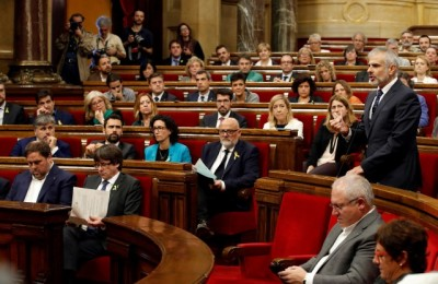 epa06292720 Ciudadanos party's spokesman in the Catalan Parliament, Carlos Carrizosa (R), speaks during the plenary session held to debate whether to declare a uniteral independence and the proclamation of a republic in Catalonia in response to the possible application of the Article 155 in the region, in Barcelona, northeastern Spain, on 27 October 2017. The regional President, Carles Puigdemont confirmed the previous day that he will not call regional elections leaving the decision over the next step to take to the Catalan assembly.  EPA/QUIQUE GARCIA