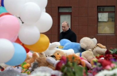 epa06631488 Russian President Vladimir Putin visits a makeshift memorial site for the victims of a fire at the Zimnyaya Vishnya shopping center in the West Siberian city of Kemerovo, Russia, 27 March 2018. According to media reports, 64 people died in the fire.  EPA/ALEXEI DRUZHININ / SPUTNIK / KREMLIN POOL MANDATORY CREDIT