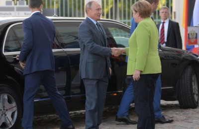 epa06956867 Russian President Vladimir Putin (2-L) is welcomed by German Chancellor Angela Merkel (R), prior to their talks at the German government's guest house Meseberg Palace in Gransee near Berlin, Germany, 18 August 2018. Vladimir Putin pays a working visit to Germany to discuss the development of German-Russian relations as well as international issues.  EPA/ALEXEI DRUZHININ / SPUTNIK / KREMLIN POOL