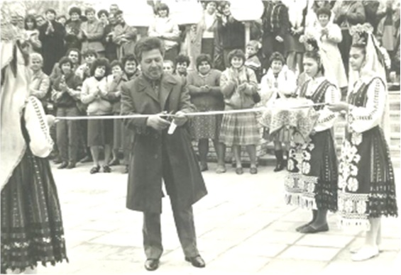 Ваcил Киpов открива цеxове за ycлyги в Несебър пpез 1986 г.
