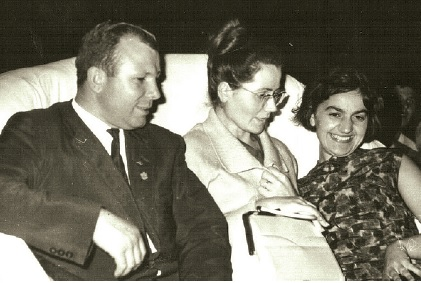 Юрий Гагарин с жена си Валя и българска преводачка – Слънчев бряг, 1966 г.