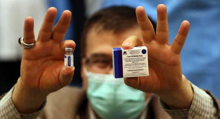 epa08998212 An Iranian health worker shows the Sputnik V Covid-19 vaccine to media, during a ceremony at the Imam Khomeini hospital in Tehran, Iran, 09 February 2021. Iran started its COVID-19 vaccination after receiving the first package of Russian Sputnik V vaccine.  EPA/ABEDIN TAHERKENAREH